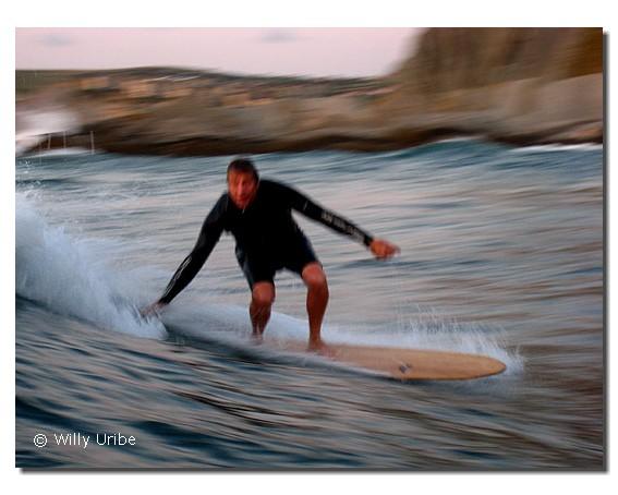 Tom Wegener surfeando en La Triangular. WU PHOTO © Willy Uribe