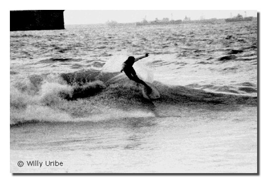 Alfonso Fernández. Surf en Ereaga, Getxo. 1986. WU PHOTO © Willy Uribe