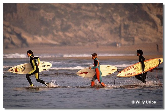 Surferos en Zarautz, Euskadi. WU PHOTO © Willy Uribe
