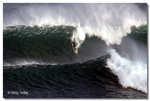 Tony Butt surfing El Canouco. Asturias. WU PHOTO © Willy Uribe