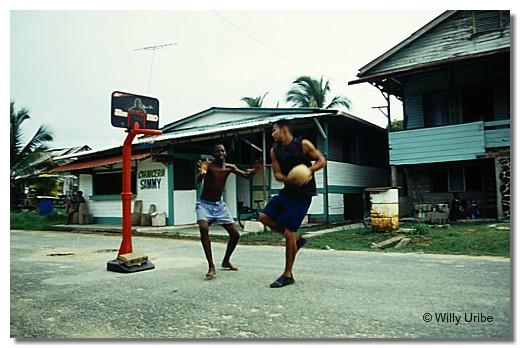 Street basquet. Bocas del Toro, Panama. WU PHOTO © Willy Uribe