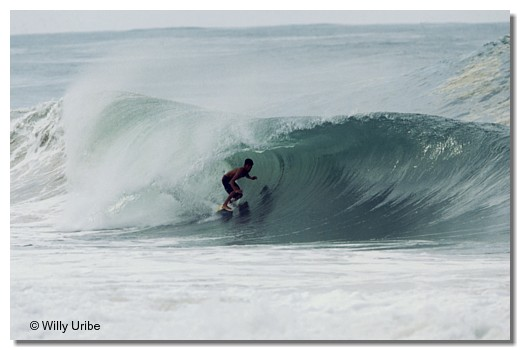 Iker Fuentes surfing The Bluff. Bocas del Toro, Panamá. WU PHOTO © Willy Uribe