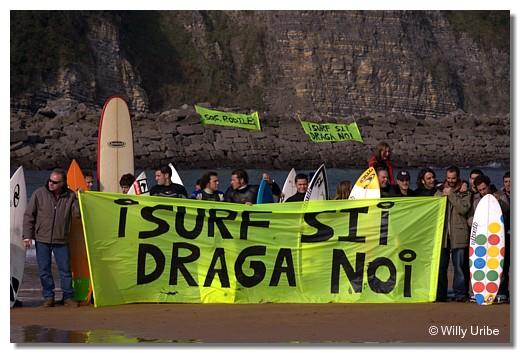Febrero de 2007. Protesta contra posibles dragados en la barra de Rodiles. WU PHOTO © Willy Uribe