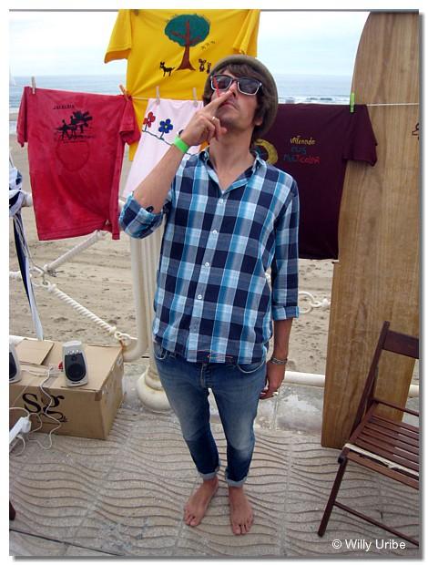 John Franks, músico, cantante y guitarra del grupo Smile. Surfing estiloso, música envolvente.
