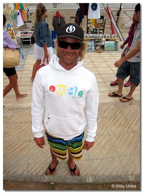 """David """"Fisher"""" Domingues, longboarder portugués, de Oporto en concreto. Un tío algo ensimismado y poco amigo del bullicio. Aunque en la foto, sonríe, me costó un congo que lo hiciera."""