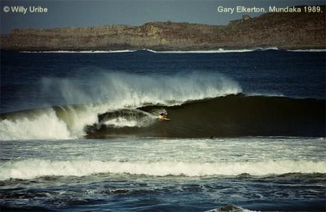 ¿Y qué decís de este bombazo para Gary Elkerton? Observad el lomo de la ola desde que comienza a romper sobre la barra.