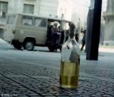 Policía Nacional y cóctel molotov en Bilbao. 1986. Foto Willy Uribe.