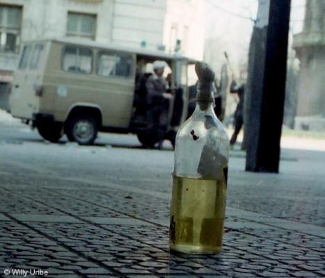 Policía Nacional y cóctel molotov en Bilbao. 1986. WU PHOTO © Willy Uribe