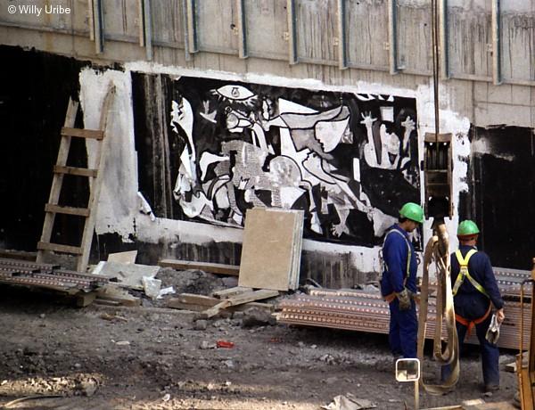 Reproducción del Guernica de Picasso en los cimientos del Museo Guggenheim de Bilbao. 1995. WU PHOTO © Willy Uribe