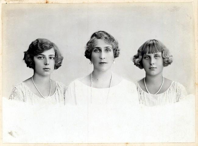 Victoria Eugenia de Battenberg y sus hijas Beatriz y María Cristina. Archivo © Willy Uribe