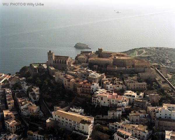 Ciudad de Ibiza desde al aire. Islas Baleares. WU PHOTO © Willy Uribe