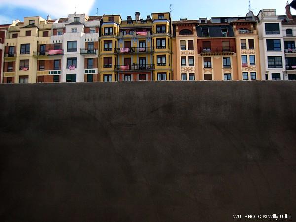 Tapia y viviendas. Bilbao. Euskadi. © WU PHOTO Archivo fotográfico Willy Uribe