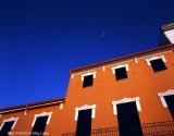 Casa Mallorquina. Fachada naranja. Cielo azul. Baleares © WU PHOTO Archivo Fotográfico Reportajes Willy Uribe