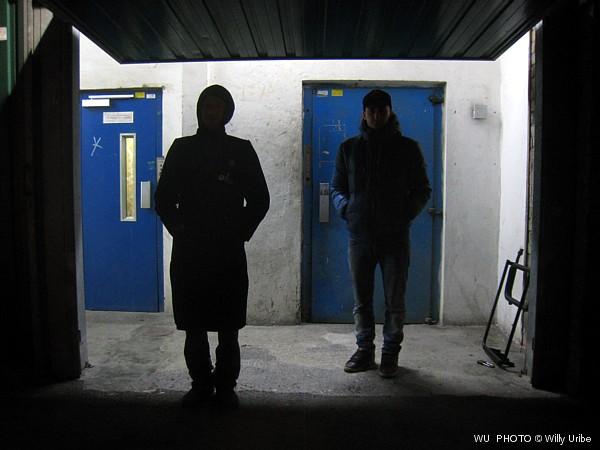 Dos hombres. Tres puertas © WU PHOTO Archivo Fotográfico Reportajes Willy Uribe