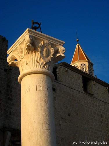 Columna y capitel en Trogir. Croatia © WU PHOTO Archivo Fotográfico Reportajes Willy Uribe