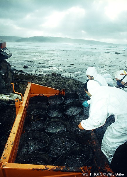 Prestige oil spill. 2002. Galicia. Spain. WU PHOTO © Willy Uribe