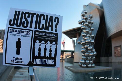 Guía visual de Bilbao. Guía fotográfica.  Turismo Bilbao. Museo Guggenheim y las bolas de Kapoor