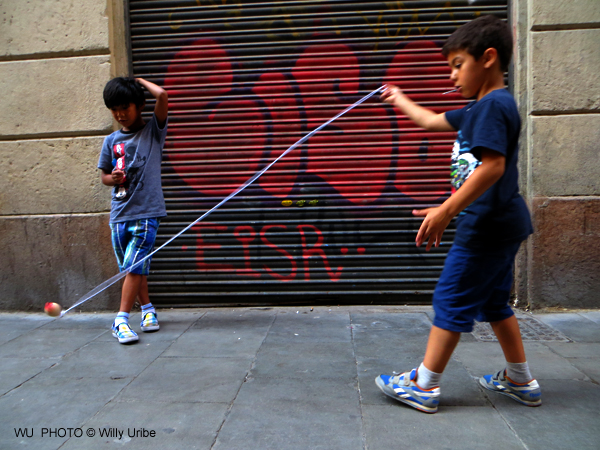 Jugando a la peonza en El Raval. Barcelona. WU PHOTO © Willy Uribe