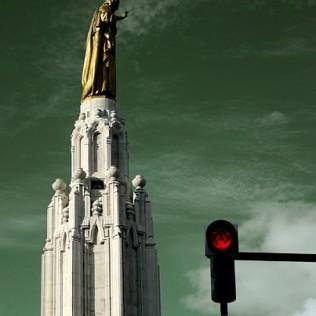Sagrado Corazón y semáforo en rojo. Bilbao. Basque Country. WU PHOTO © Willy Uribe Archivo Fotográfico Reportajes