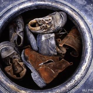 Viejos zapatos. Viejo neumático. Costa de Atacama. Chile. WU PHOTO © Willy Uribe Archivo fotográfico Reportajes