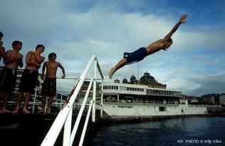 Saltando al agua. Donostia. Gipuzkoa. Basque Country. WU PHOTO © Willy Uribe Archivo Fotográfico Reportajes