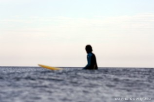 Lonely surfer. WU PHOTO © Willy Uribe Archivo fotográfico Reportajes