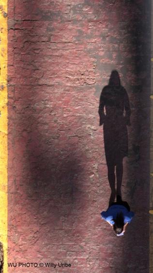 Woman and shadow. WU PHOTO © Willy Uribe Archivo fotográfico Reportajes