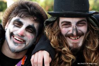 Dos amigos. Hallowen rave. Basque Country. WU PHOTO © Willy Uribe Archivo Fotográfico Reportajes
