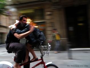 En bicicleta por El Raval. Barcelona. Catalunya. WU PHOTO © Willy Uribe Archivo Fotográfico Reportajes