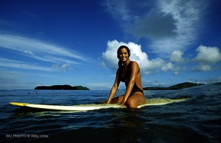 Surfista brasileña en Panamá. WU PHOTO © Willy Uribe Archivo fotográfico Reportajes