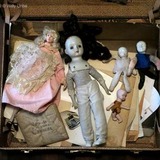 Maleta con muñecas de porcelana WU PHOTO © Willy Uribe Archivo fotográfico Reportajes